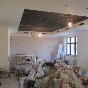 на потолке вы видите адаптеры систем вентиляции кондиционирования